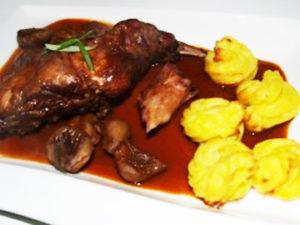 Kaninchen mit Maronen und Herzoginnenkartoffeln