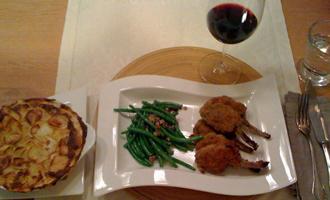 Parnierte Lammkoteletts mit Kartoffelgratin, Grünen Bohnen und Rotwein
