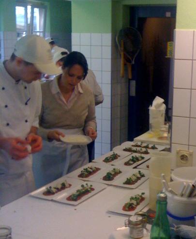 Anrichten der Vorspeise beim Kochkurs von Johanna Maier
