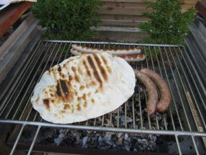 Flammkuchen-Boden auf dem Grill als kleiner Snack vorweg