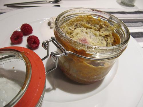 Käsekuchen mit Mohn und Himbeeren im Glas gebacken