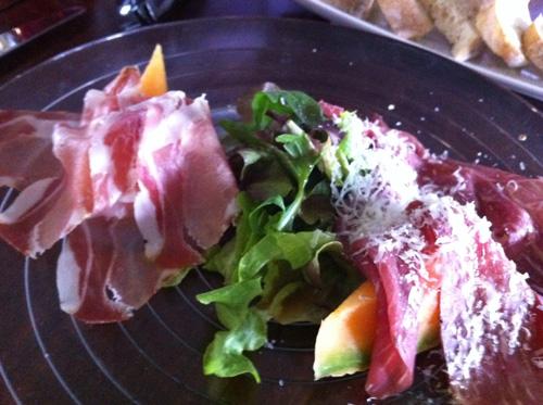 Carpaccio d'Manzo marinato und Parmaschinken mit Melone