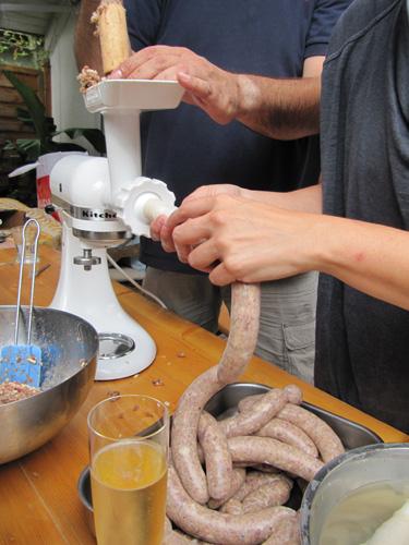 So wurden wir Grill-Götter: Selbstgemachte Bratwurst bis alle satt waren Essen