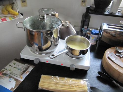 Gedämpfte Muscheln und Lachsforellenfilets mit Safransauce auf Spaghetti: Test Dampfgarfunktion der Bauknecht Mikrowelle Essen