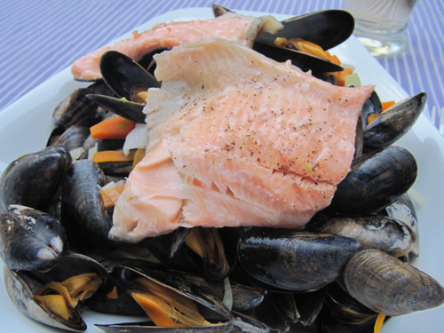 Gedämpfte Muschel und Lachsforelle auf Pasta