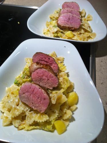 Rosa gebratenes Schweinefilet mit Wirsing-Gorgonzola-Pasta und Kartoffeln Allgemein