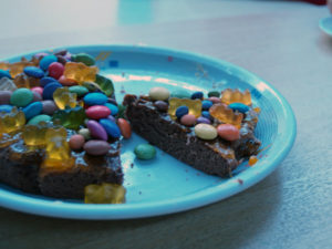 Fertig: Unsere Smarties-Torte von Johann Lafer