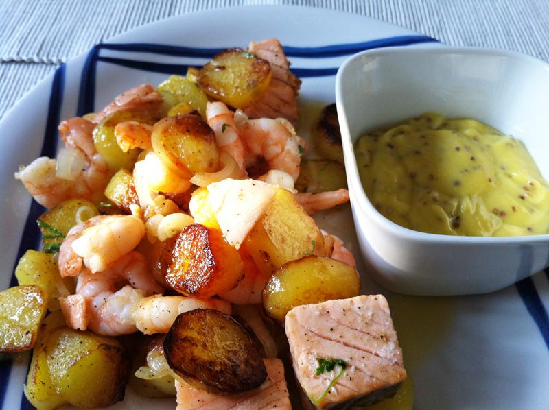 neue ess klasse: Lachs und Garnelen mit Bratkartoffeln