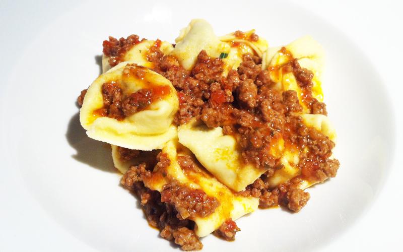 Selbstgemachte Tortellini mit Fleischsugo