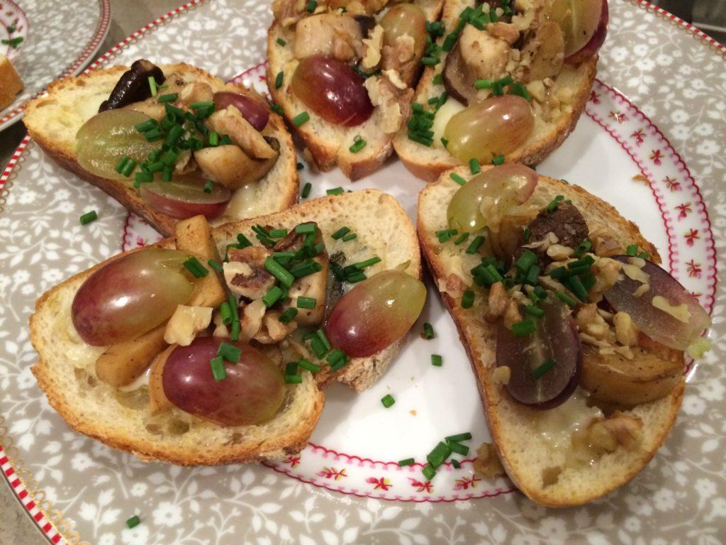Bruschetta mit Gorgonzola, Trauben und Walnüssen