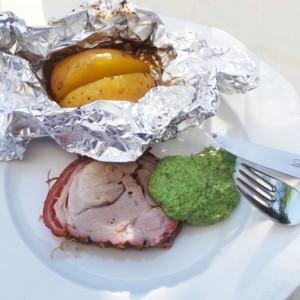 Unser kleiner Spanferkelrollbraten mit Folienkartoffel und Grüner Soße