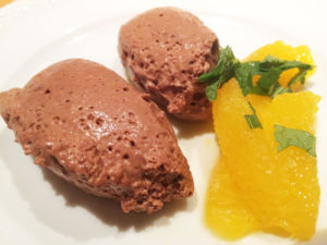 neue-ess-klasse: Schokoladen/Granatapfel-Mousse mit Orangenfilets
