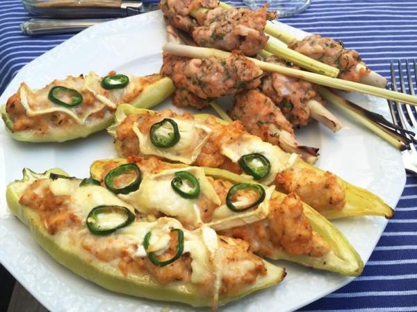 neue-ess-klasse: Grillvorspeise - Spitzpaprika mit Maishähnchen und Forellentatar auf Zitronengras