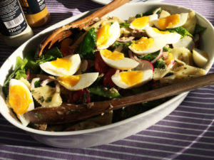 neue-ess-klasse: leichter Nudelsalat mit Bohnen, Spinat, Ei, Thunfisch & mehr