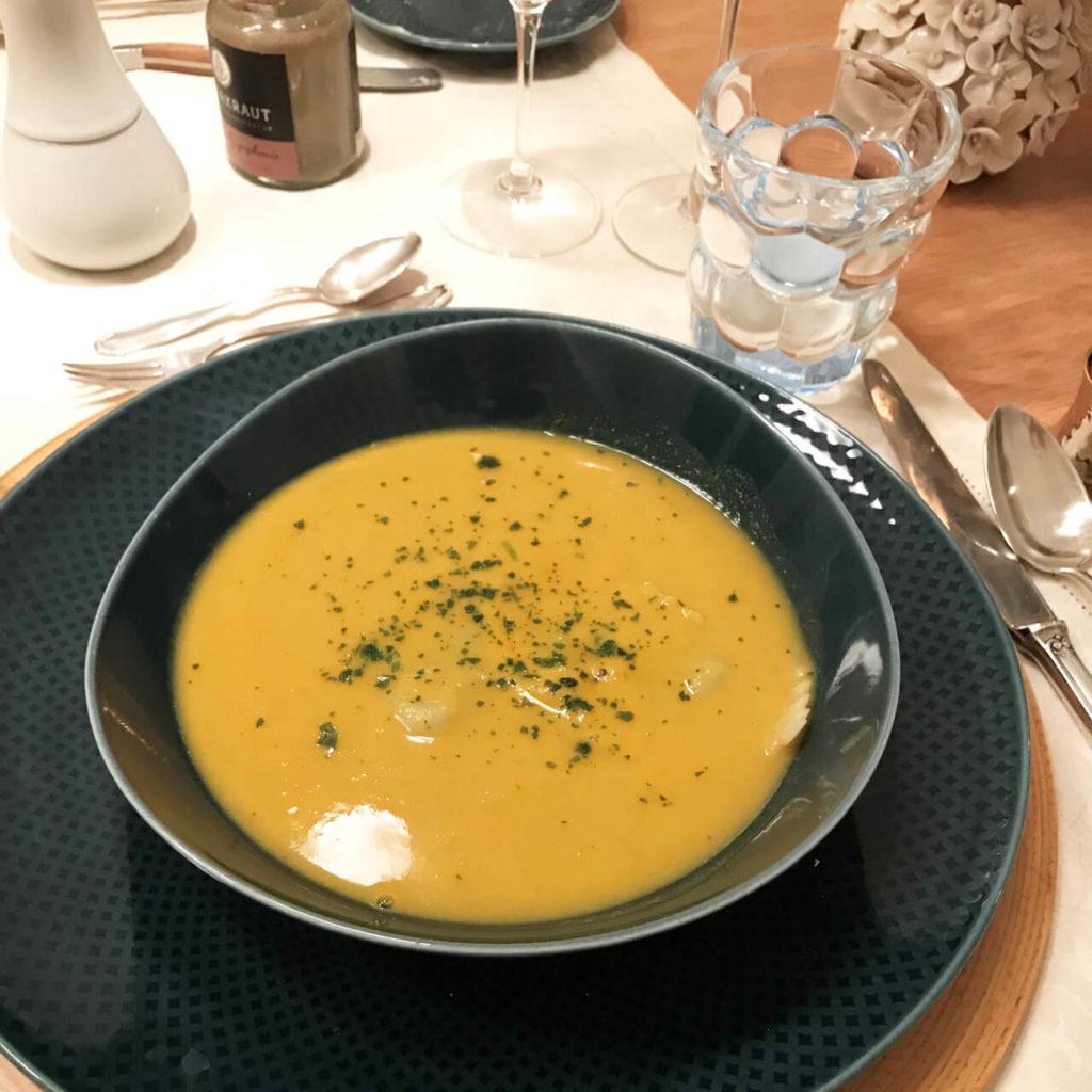 2. Gang leicht scharfe Curry-Zitronengrassuppe und die Lauchravioli, diese sind untergetaucht