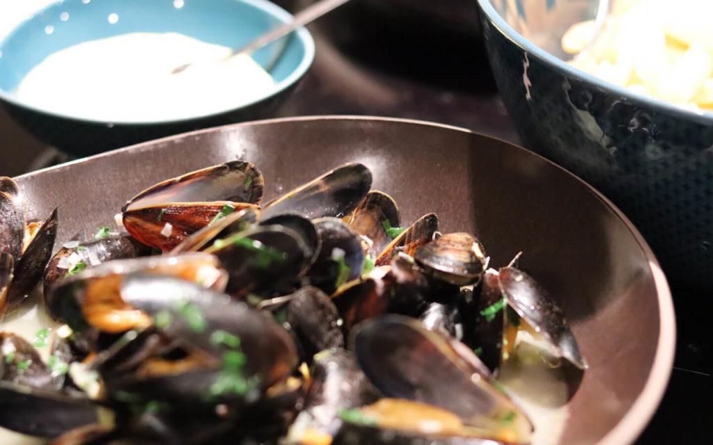 Muscheln mit Pommes und Knoblauchmajo