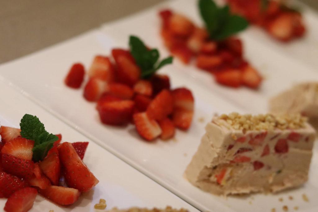 Ruby-Schokoladen-Parfait mit Erdbeeren Essen