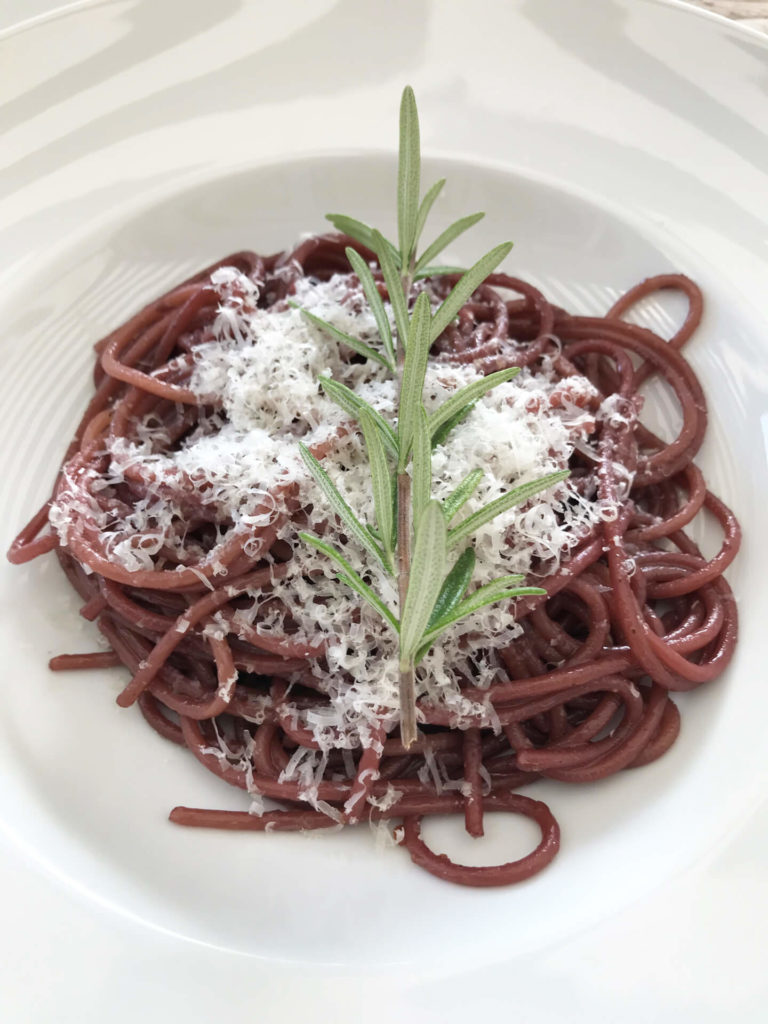 mit Rotwein betrunkene Spaghetti Essen
