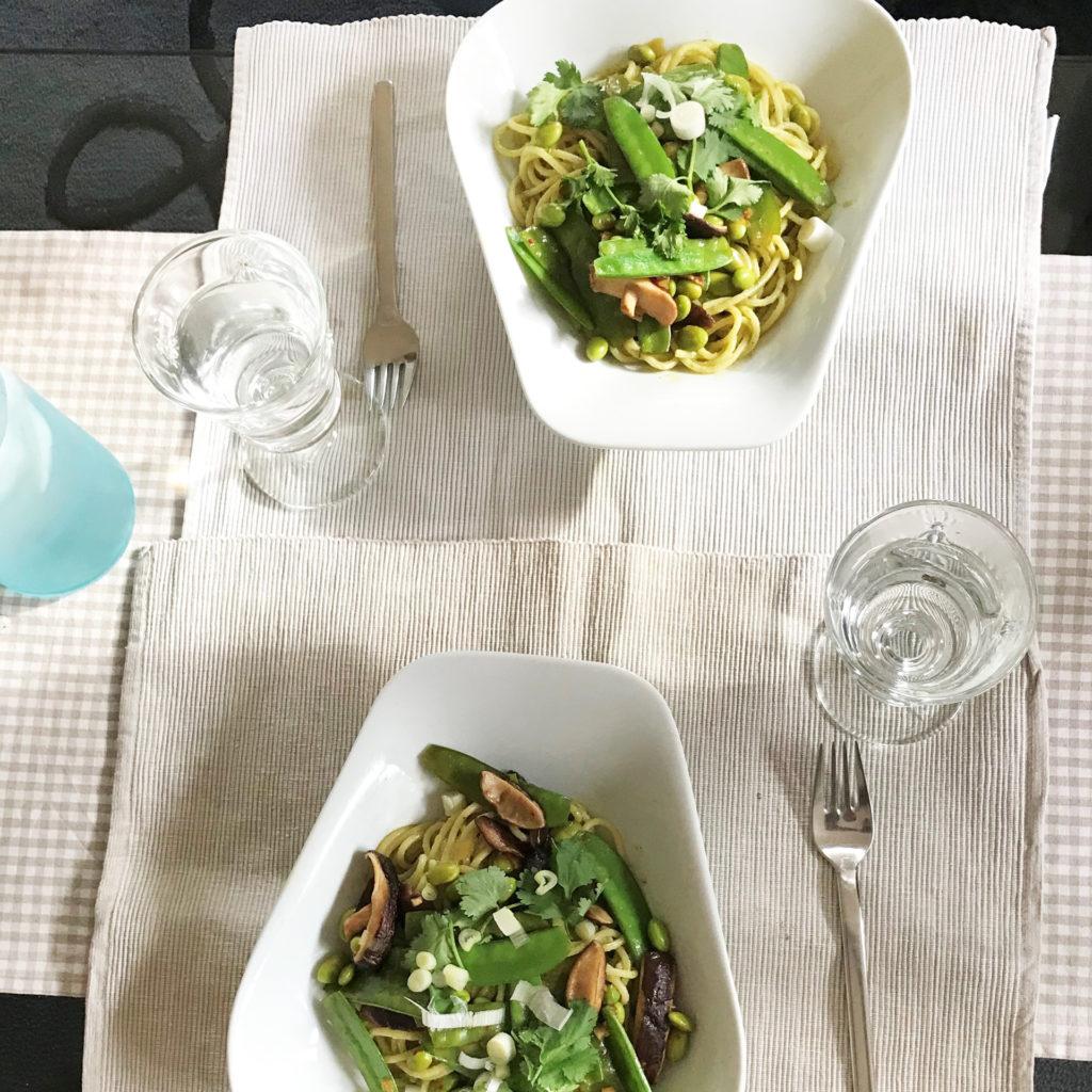 Spaghetti mit veganem Pesto aus Edamame mit Shiitake-Pilzen und Zuckerschoten Essen