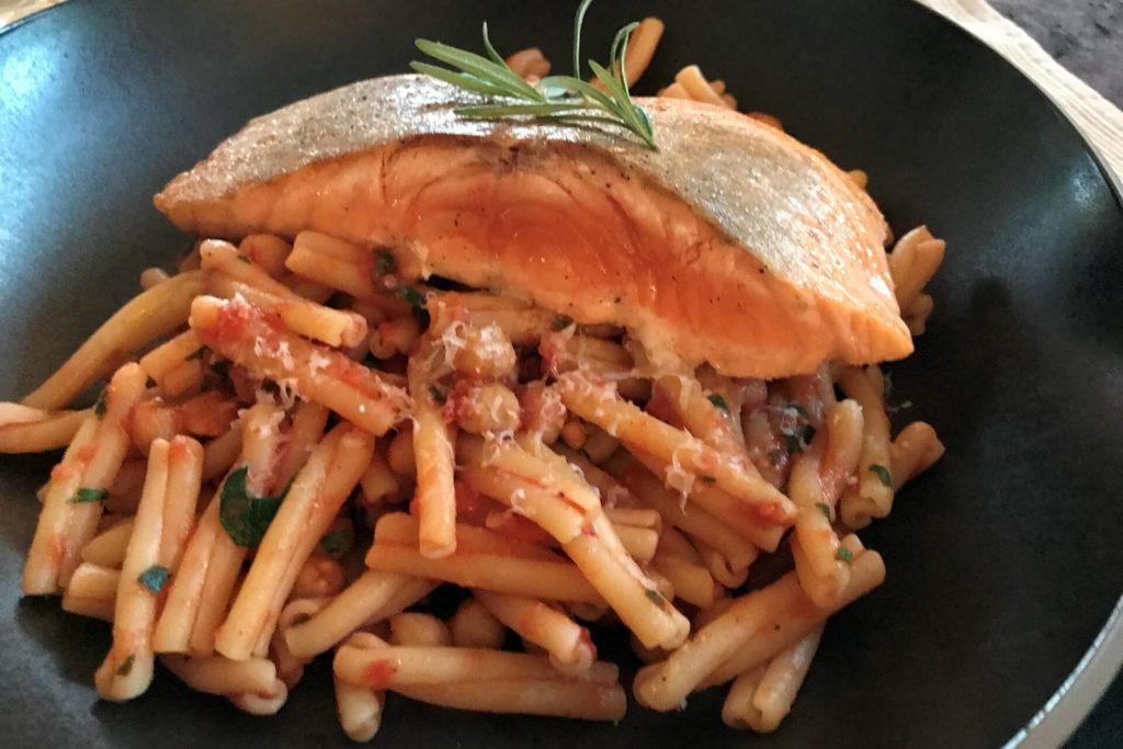 Tomaten-Pasta mit Lachs, Rosmarin und Kichererbsen Essen